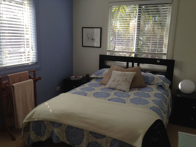 Sunny Dual Aspect Bedroom - Belrose - House