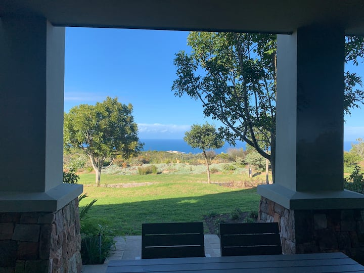 Cosy 2-bed home in Golf Estate - great sea views