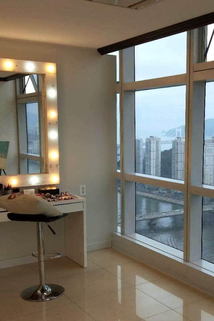 在化妆间可以看到美美哒广安里大桥。夜景更加美丽。
