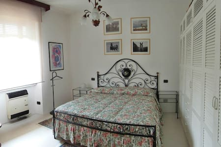 Lake Maggiore privat ground floor 2 rooms & garden - Angera - Outro