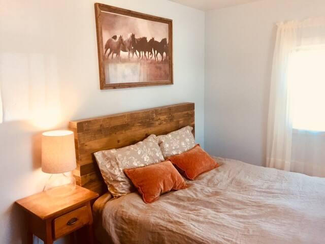 Bright Private Room at CedarHill Hideaway!