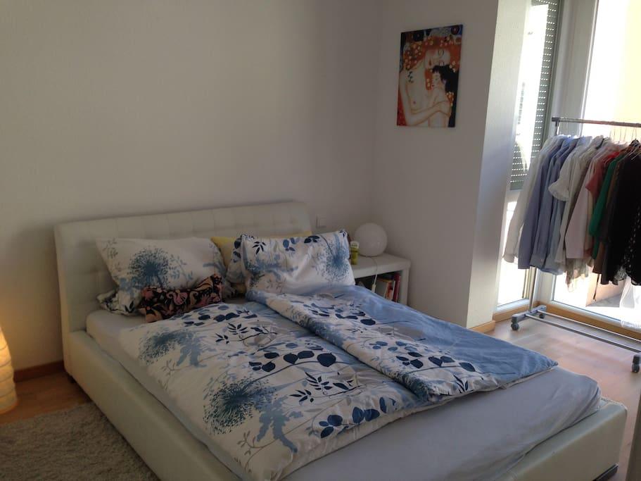 Schlafzimmer; 140cm x 200cm Bett; bodentiefe Fenster mit Erker