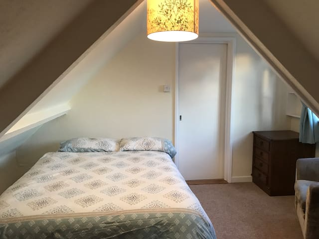 Private room close to transport and adventures!