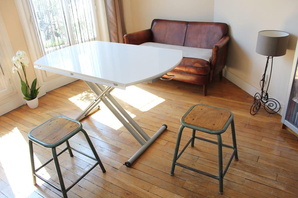 Une table relevable.