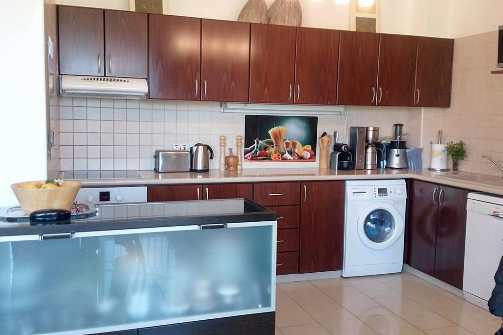 Кухня оборудована самым современной бытовой техникой.Множество кухонной и столовой посуды приборов и инвентаря.