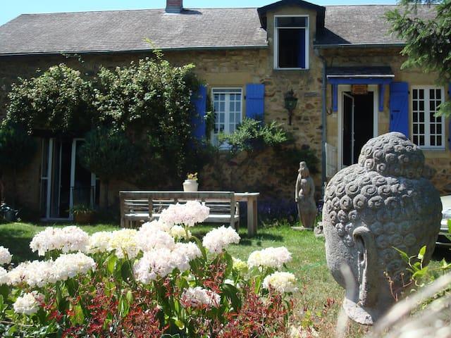 Les Volets Bleus - Larochemillay - House