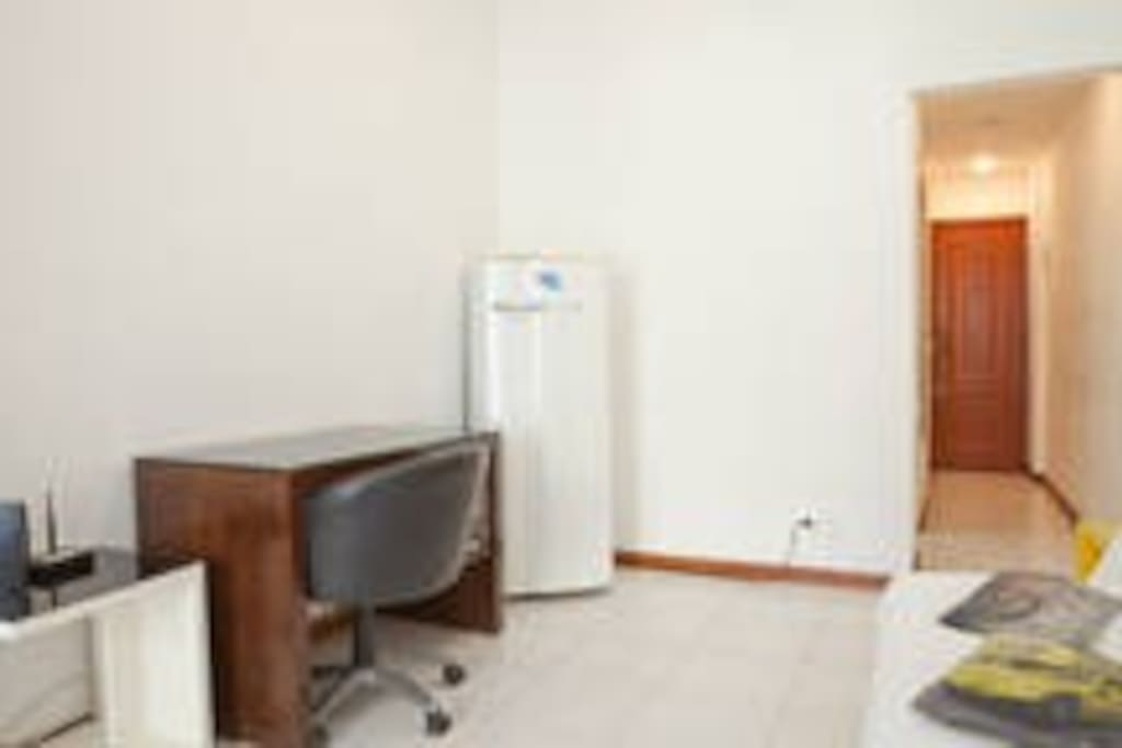 mesa de escritório e geladeira grande