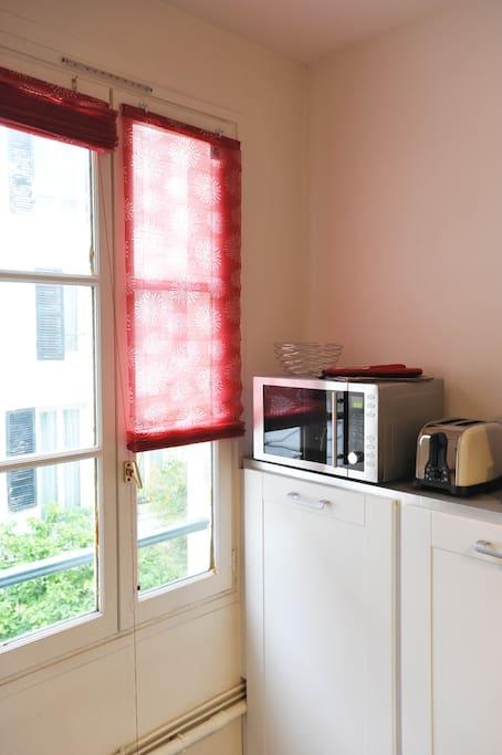 micro-ondes, cafetière, grille pain pour des petits déjeuners tranquilles ou brunch dans un des nombreux bistrots du quartier