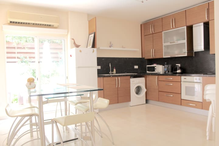 Family Apartment By The Sea  / 2 floors - Limassol - Dom