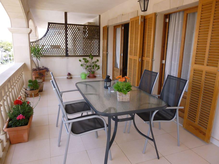 Terraza amueblada con mesa y sillas.