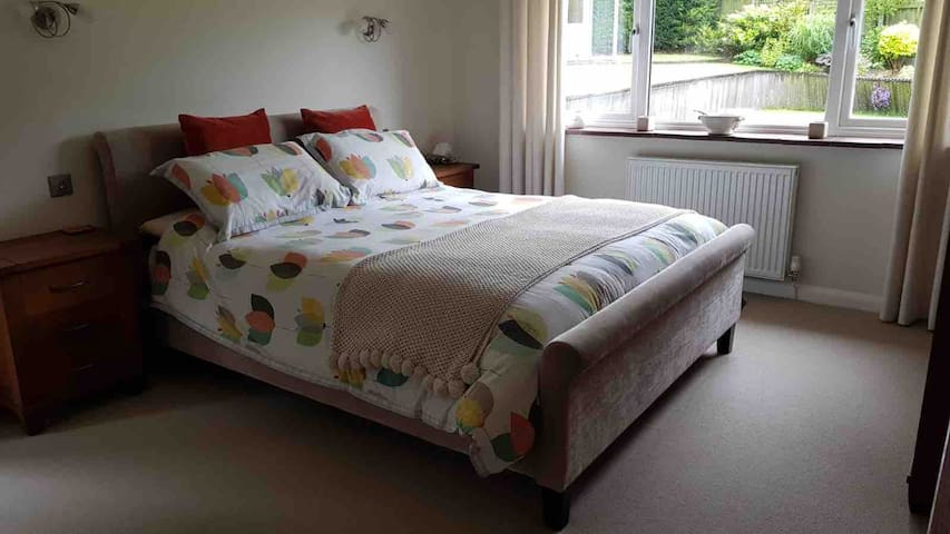 LUXURY PRIVATE ROOM, WALKING DISTANCE TO TOWN