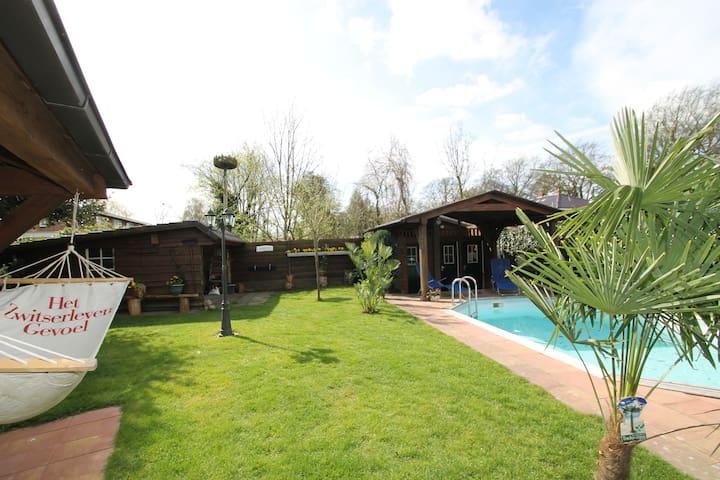 Logeren in een nostalgische schuur met zwembad - Emmen - บ้าน