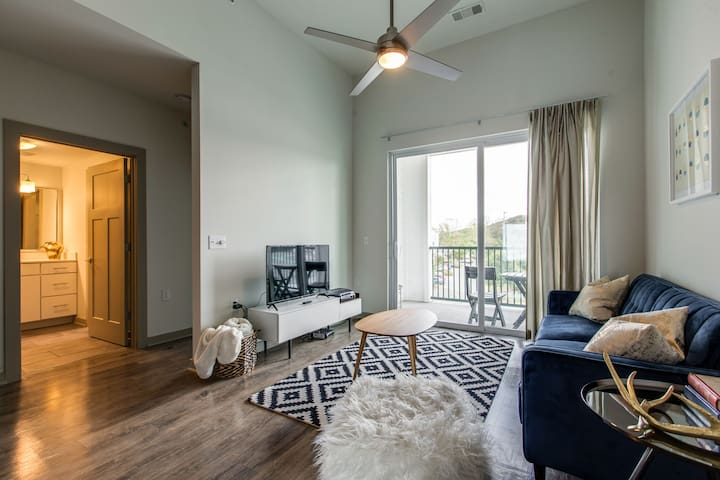 StayGia | Franklin | Chic Modern 2BR Suite |Pool Gym & Parking - 1