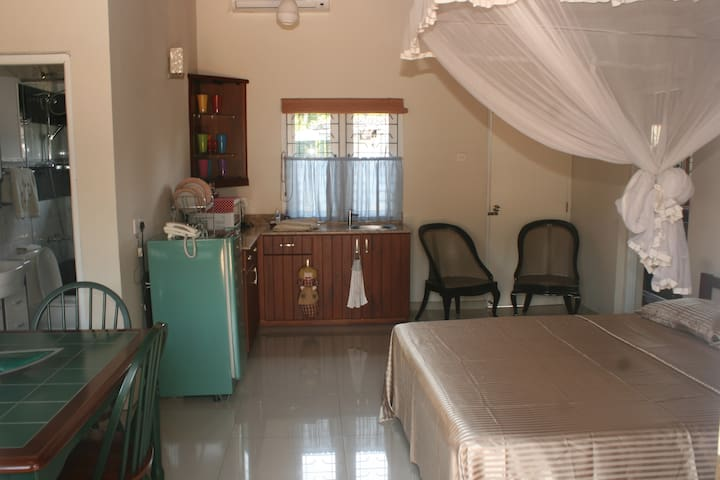 Colombo 5 - Studio Apt 2 minutes walk to main road