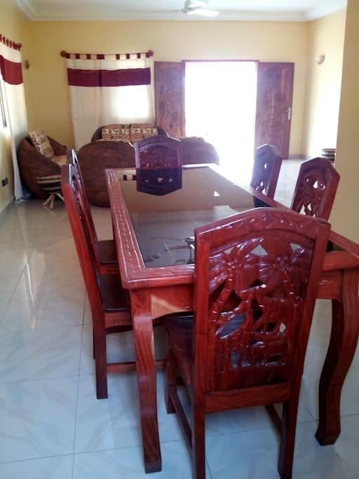 La table à manger sculptée par les artisans locaux