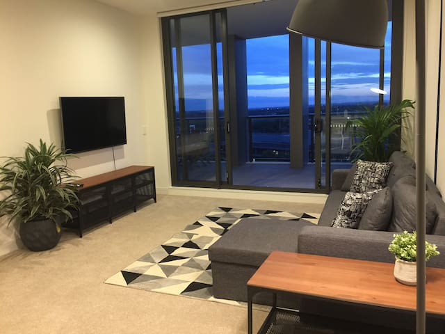 Skyline city view 2 bedroom home FREE PARKING