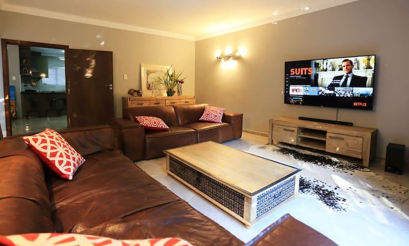 4 King/8 Single beds next to Gautrain/Sandton City