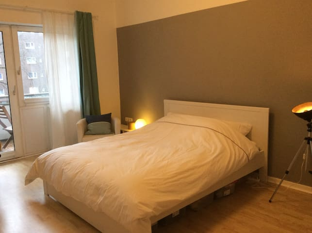 2 min to Metro (U3) / Bright Room with Balcony - Hamburg - Apartment