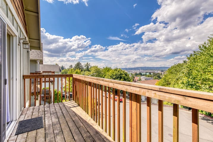 NEW LISTING! Townhome w/ deck & great view - near the Columbia Gorge!