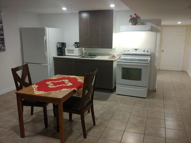 Apartment indep, basement 1 bedroom +extra space
