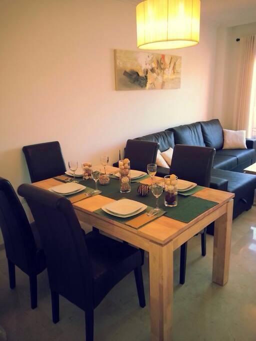Wohnzimmer mit Esstisch für 6 Personen