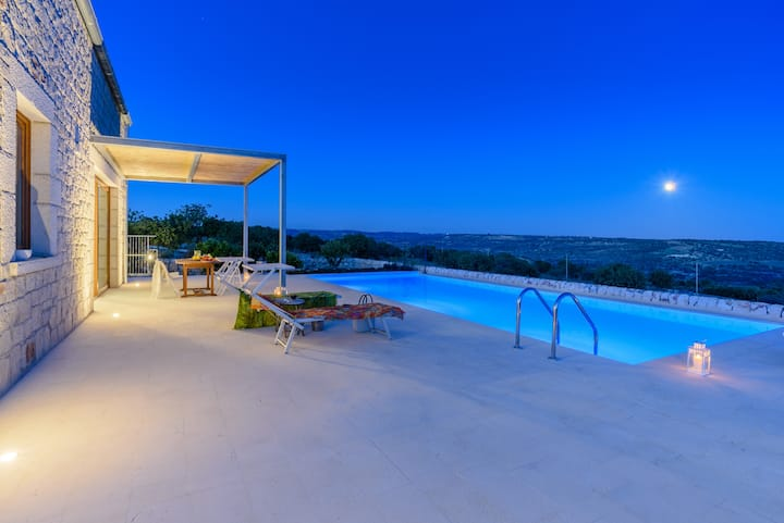 Lumia, luxury villa with pool and panoramic view