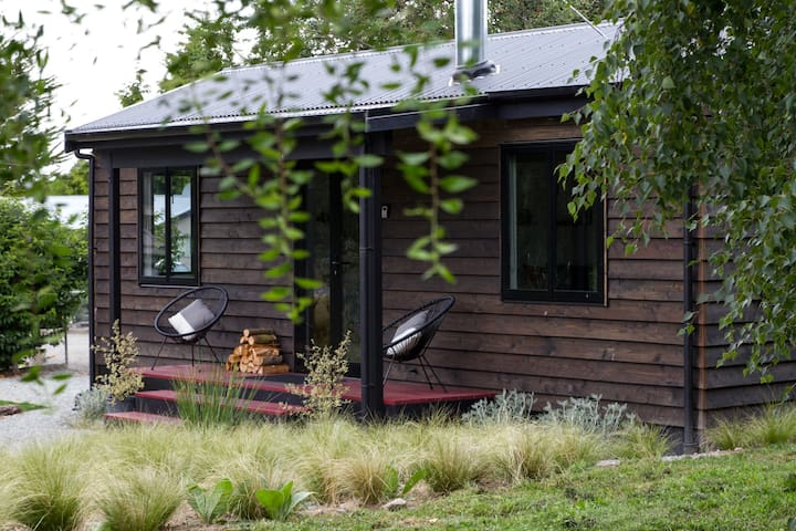 Black Cabin: Deluxe in Duntroon