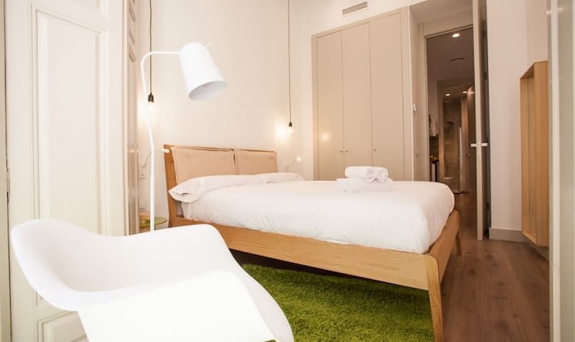Main bedroom - LemonSuites Thyssen 3