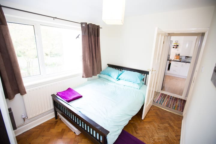 Room close to West Byfleet station - West Byfleet