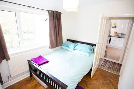 Room close to West Byfleet station - West Byfleet - Apartmen