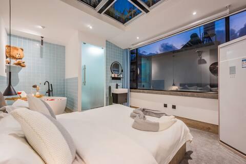 大理古城 网红星空蜜月大床房,有空调带浴缸,晚上数着星星,白天看着不断变幻的白云。生活就是这么惬意!