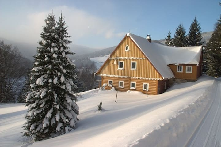 ROMANTIC TIMBERED COTTAGE - Pec pod Sněžkou - Almhütte