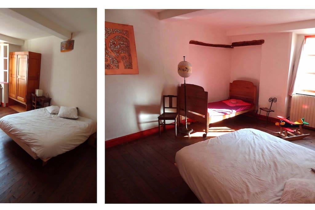 Cette chambre de 18 m² est composée d'un vaste lit 2 places, d'un lit simple, d'une armoire et d'une table.Un lit pour jeune enfant est à disposition sur demande.