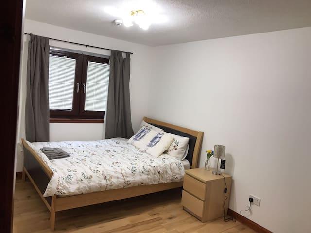 Large bedroom 15 min away from Edinburgh airport