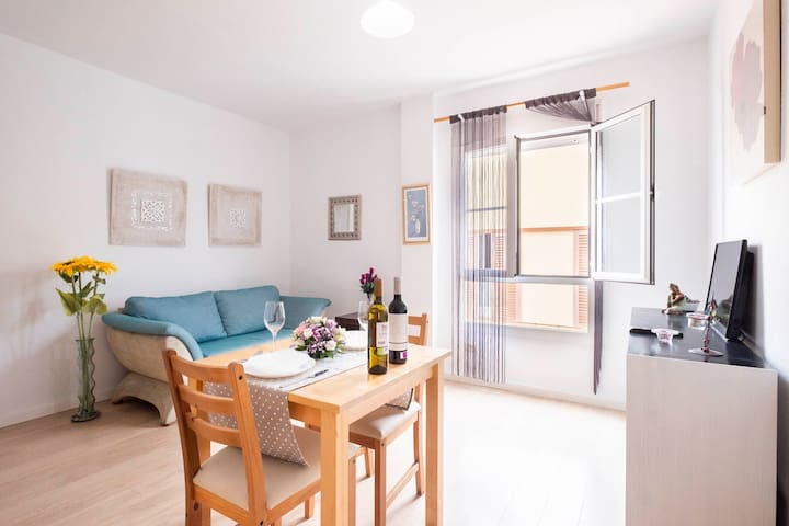 Cozy, quiet apartment near shopping, dining, and tourist areas