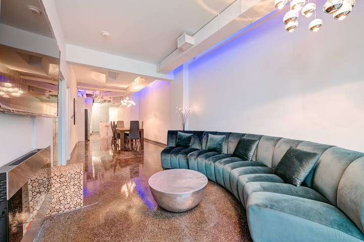3000 sqft Loft on Dundas 8BR 4 Baths