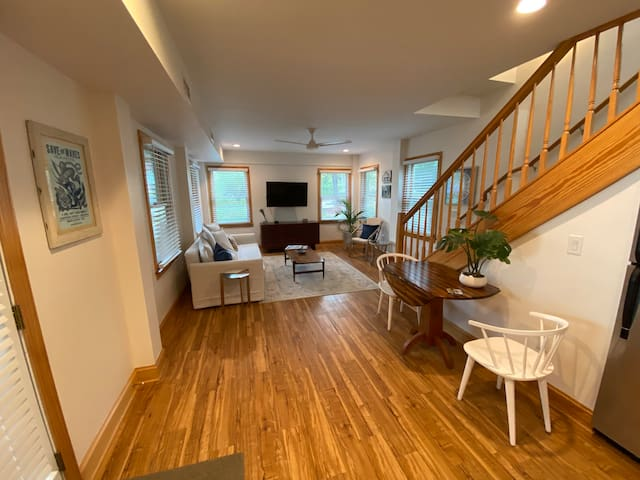 Newly-renovated Duck apartment, walk to beach.