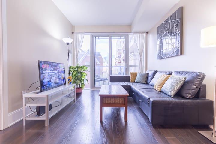 Cozy  3-Bed Condo Downtown with Free Parking