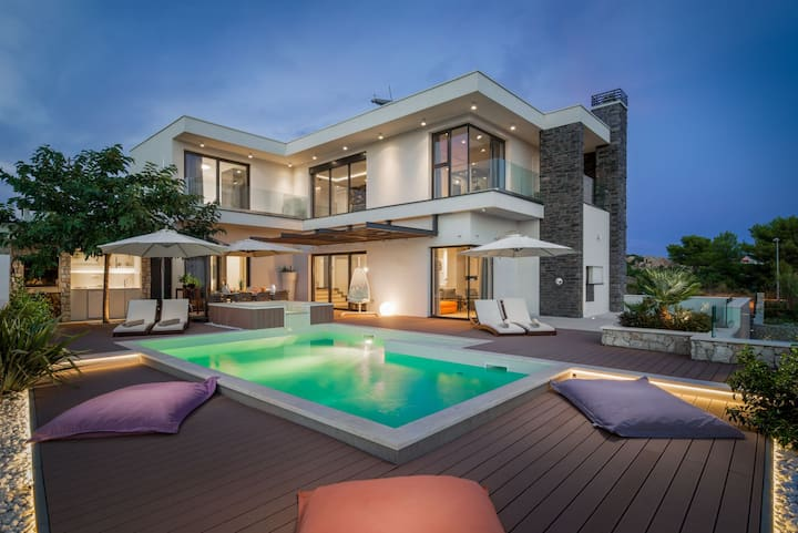 Luxury Villa Golden Eye with Swimming Pool