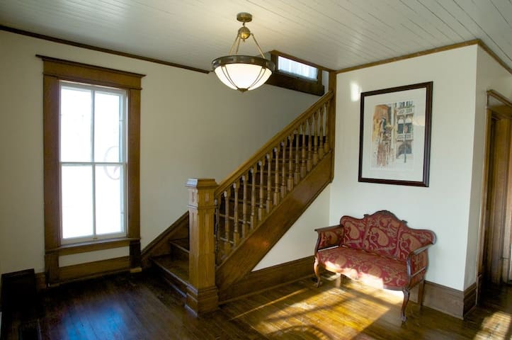 Come stay with us at Historic Hughes House 2nd Flr - Elk Rapids - Appartement