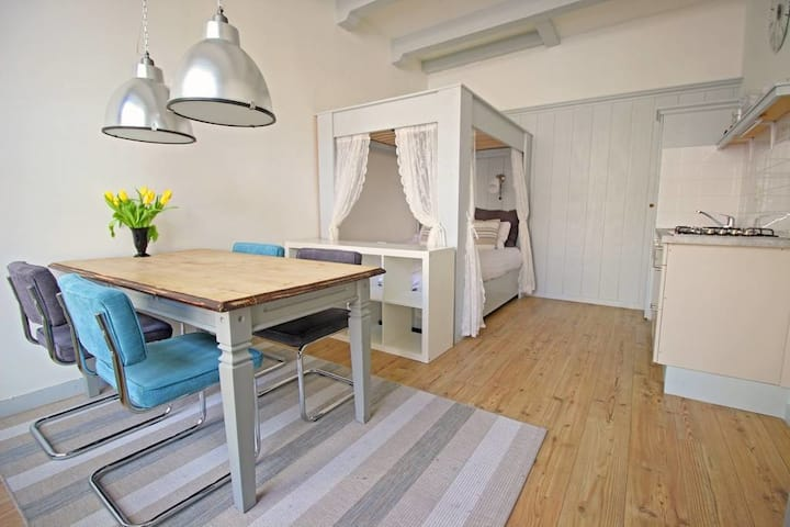 Authentic private Jordaan Suite in Canal House