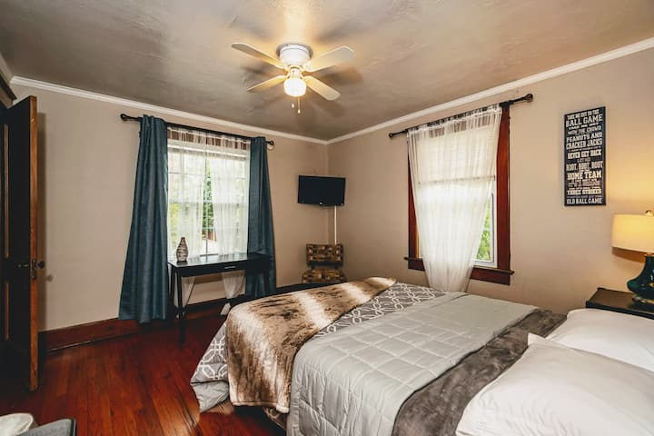 """Alex Gordon"" Bedroom - Newly Renovated Mansion"