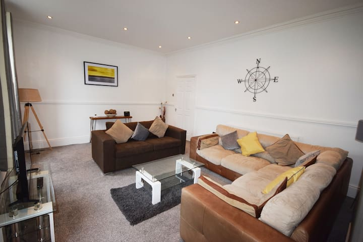 Lytham Lodge - 5 Bed apartment in Lytham centre with parking