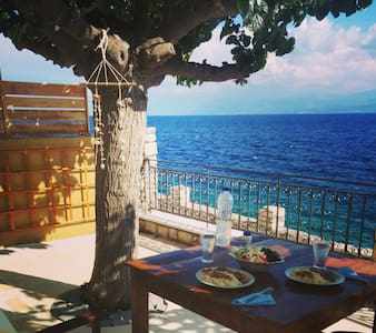 Beautiful stonehouse on the sea - Monastiraki - Hus