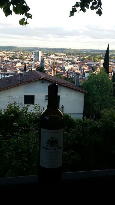la vue sur la ville de la terrasse que nous mettrons à votre disposition  (sans la bouteille ;o))