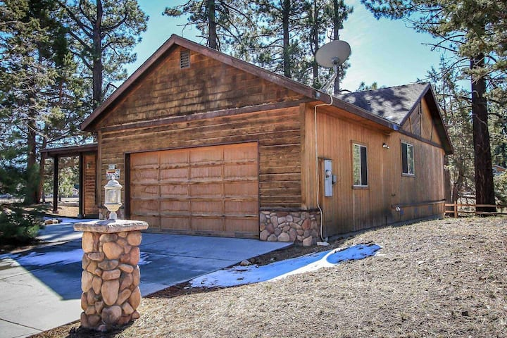 Cant Bear To Leave Central Modern Single Level Log Cabin / Jetted Tub / Games