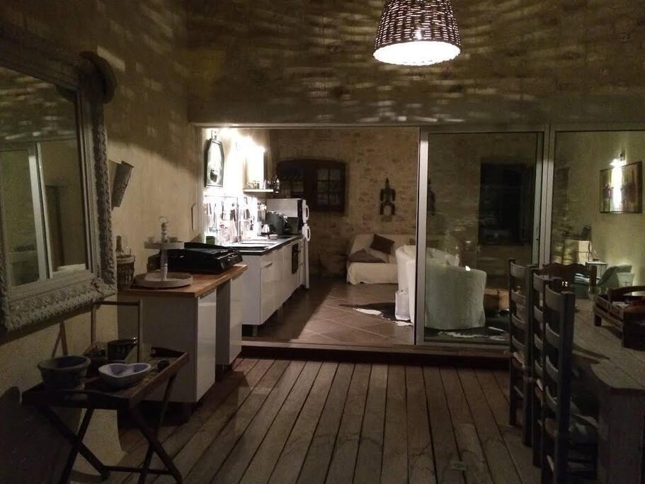Le soir, l'étage supérieur avec terrasse solarium, spa, cuisine et 2 chambres.