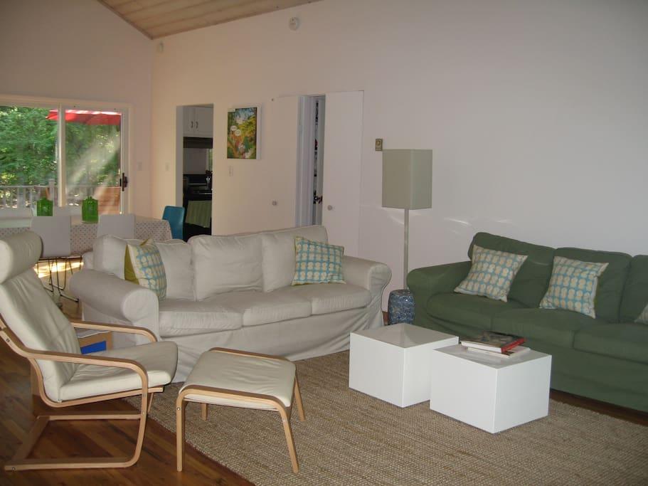 Lofty living/dining room