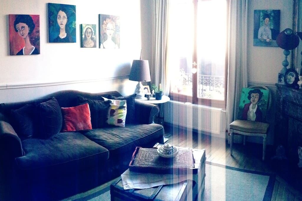 Un grand salon chaleureux et accueillant.