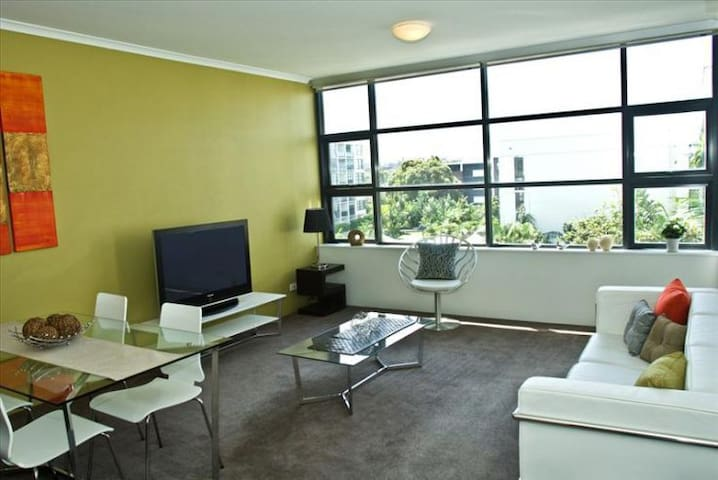 Modern Apartment with Pool & Tennis - Erskineville - Daire